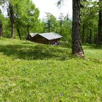 Kleine Hütten und Stadl säumen immer wieder den Weg zu den Eulenwiesen.