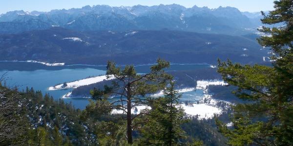 Blick über den Walchensee zum Karwendelgebirge