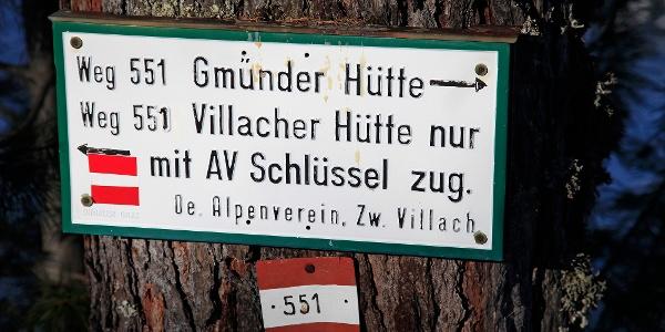 In der unteren Hälfte verläuft der Anstieg weitgehend entlang des Sommerweges zur Villacher Hütte
