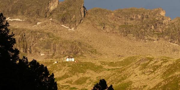 Die Plauener Hütte grüßt in der Abendsonne herunter.