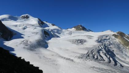 Am Mittelbergjoch angekommen, hat man einen herrlichen Blick auf die Wildspitze, Hinterer Brochkogel und die Petersenspitze (Von links nach rechts)