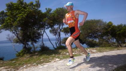 Die schöne Laufstrecke des Punta Skala Triathlon