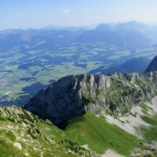 Der Rückblick von der Tagweide auf den First (Mitte) und den Großen Traunstein (rechts).