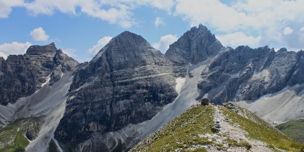 Blick vom Gipfel der Gargglerin nach Südwesten über das Sandestal mit Eisenspitze, Gschnitzer- und  Pflerscher Tribulaun. Unten links im Bild das Tribulaunhaus.
