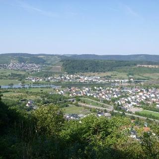 Aussicht vom Schleidkreuz auf die Saar-Weinlandschaft rund um Schoden