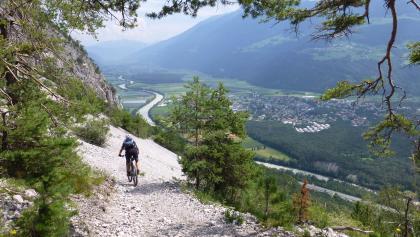 Trailabfahrt mit Aussicht auf Haiming im Inntal