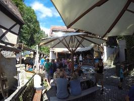 """Foto Im Schmilkaer Biergarten """"Kastanienhof"""" das Bier und die Backwaren der eigenen Produktion genießen"""
