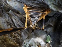 Foto Der sehr steile und extrem enge Auf- bzw. Abstieg durch den Kamin im oberen Teil zum Sachsenstein