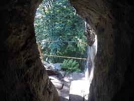 Foto Der Eingang in den dunklen steilen Kamin im oberen Teil des Sachsensteins