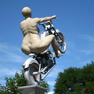 Rockerbraut in Hirsau (Bildhauer Peter Lenk)