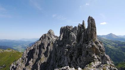 Die Überschreitung des Kleinen Widdersteins quert in der Nordwand links unterhalb der Zacken