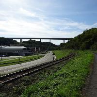 Unterquerung der mächtigen Brücke der A61.