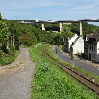 Oberhalb der Gleise führt der Weg parallel zur Bahn in Richtung Weiler.