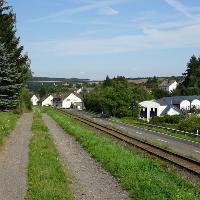 Parallel zur Bahn laufen Sie leicht abwärts in Richtung Niederzissen.