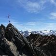 Nur ein kleines, einfaches Gipfelkreuz ziert den V. Brochkogel.