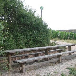 Tisch des Weines an der Hiwweltour Eichelberg