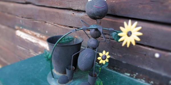 Du wirst auf der Wilhelm-Eichert-Hütte freundlich begrüßt von liebevoll gestalteten Figuren