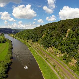 Weser-Skywalk (oben rechts) mit Weser und Radweg