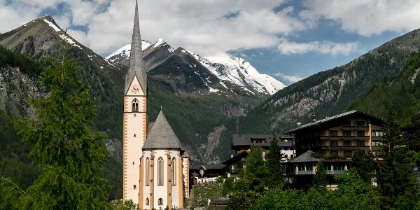Wallfahrtskirche St. Vinzenz in Heiligenblut mit Großglockner
