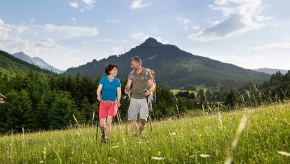 Wandern durch Bergwiesen bei Pfronten im Allgäu