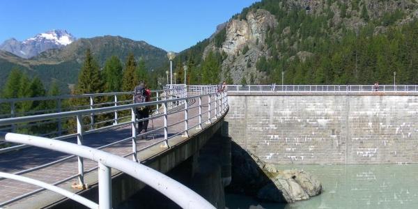am Staudamm des Lago di Campo Moro
