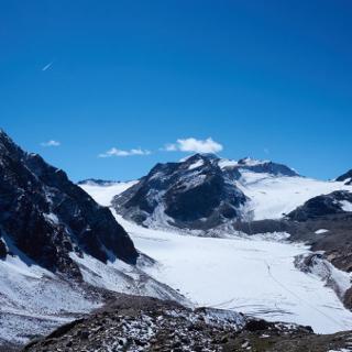 Der Mittelbergferner (Gletscher). Im Hintergrund: Wildspitze (mit Wolke)
