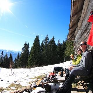 Schneeschuhwanderung von Bad Kohlgrub nach Oberammergau - Brotzeit in der Wintersonne