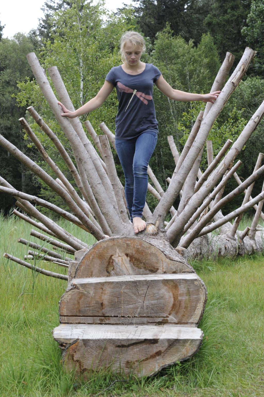 Das Baumstamm-Labyrinth bietet Spaß für große ind kleine Wanderer (Andreas Klausmann)