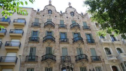 La façade de la Casa Calvet