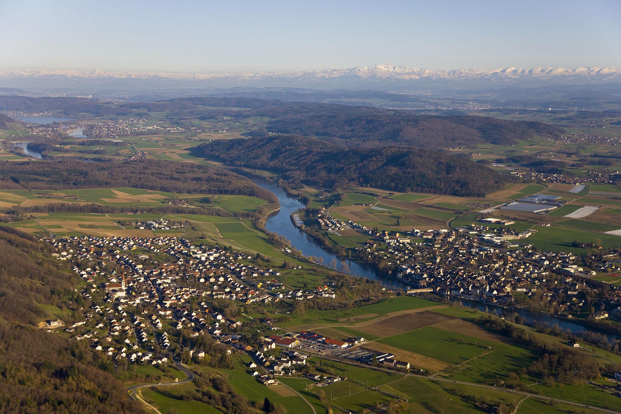 Blick auf Gailingen am Hochrhein und Alpenkette