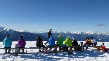 Innehalten und die stille Winterlandschaft genießen - im Hintergrund die Sarntaler Alpen