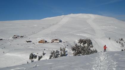 Der Gipfel des Rittner Horns (2.260 m) mit den beiden sonnenverwöhnten Hütten Feltuner Hütte (links) und Unterhornhaus (rechts)