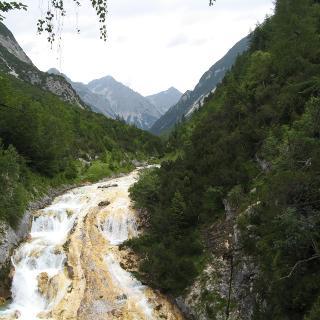 Wasserfall des Karwendelbaches (Gelber Wasserfall), mit Schönberg,Hochkar-u.Raffelspitze