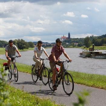 Elberadweg mit Dampfer
