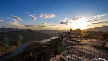 Das Dorf Siurana in Katalonien und der gleichnamige Fluss