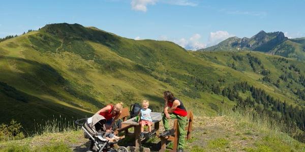 Kurze Pause auf dem Kinderwagen-Höhenweg zum Spiegelsee