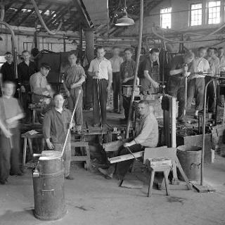 Glasmacher mit Arbeitsgerät um 1930