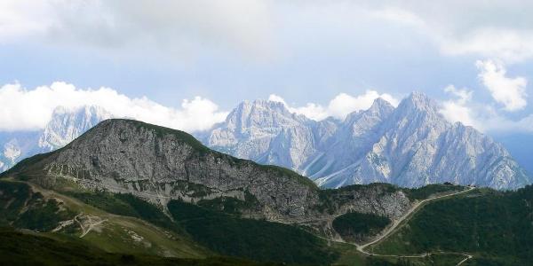 Il crestone ovest del monte della Piana. A destra il rifugio 2000 e sullo sfondo il gruppo Siera-Creta Forata-Cimon