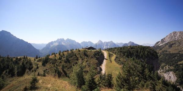 Salendo vista verso ovest al centro il rifugio 2000
