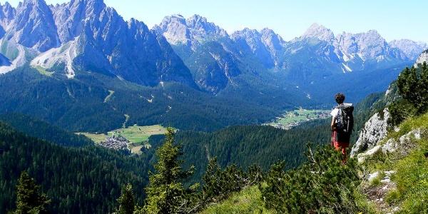 Stupendo panorama verso Sappada e sui gruppi del Siera, del Clap, delle Terze dalla parte alta del sentiero