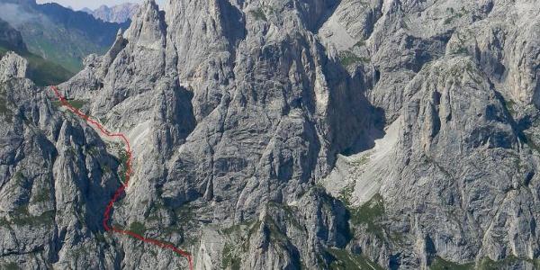 Il tracciato del sentiero che sale al passo Cacciatori. Al centro la Creta omonima