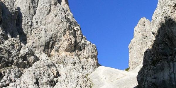 Dal ripiano che porta al passo Cacciatori ecco l'enorme ghiaione diretto alla forcella delle Genziane