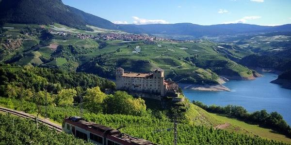 Veduta del lago di S. Giustina con il castel Cles