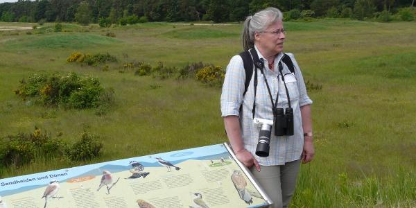 Marianne Leis-Messer an einer Info-Tafel im Gelände