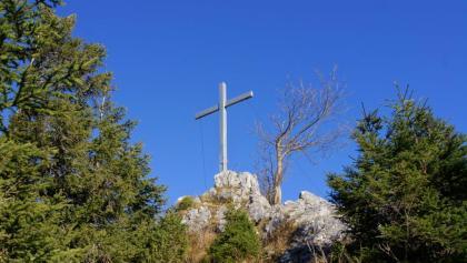 Das Gipfelkreuz des Geiersteins ist fast errreicht