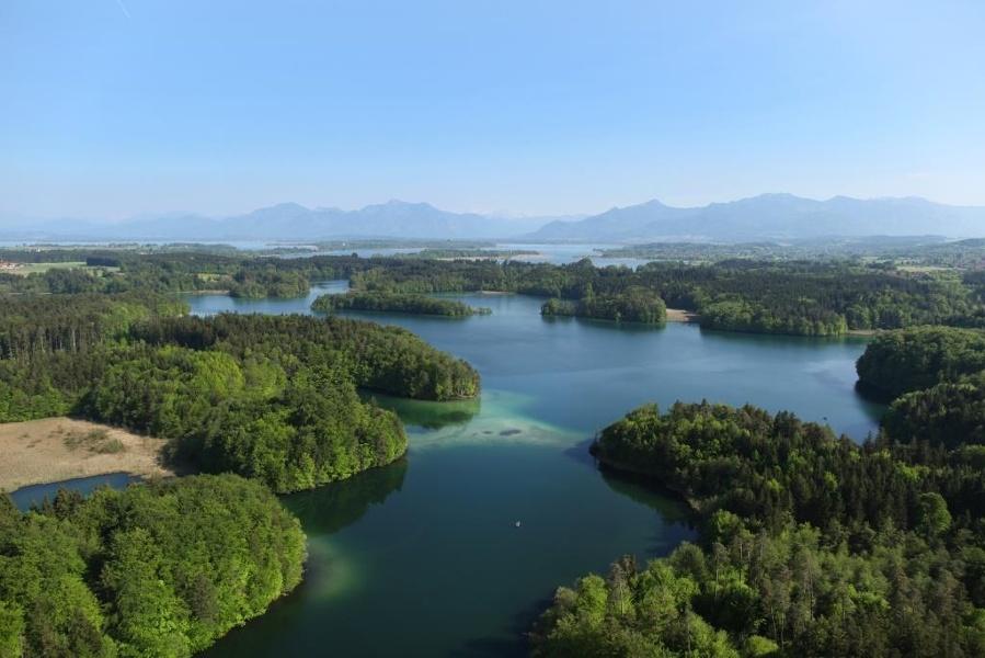 Wanderung durch dunkle Wälder und helle Seen