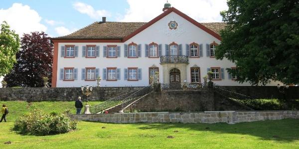 Schloss Bürgeln liegt etwas abseits der Weinstraße - ein Abstecher lohnt sich besonders aufgrund der herrlichen Aussicht