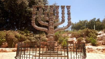 המנורה עם שבעת הקנים בסמוך למשכן הכנסת