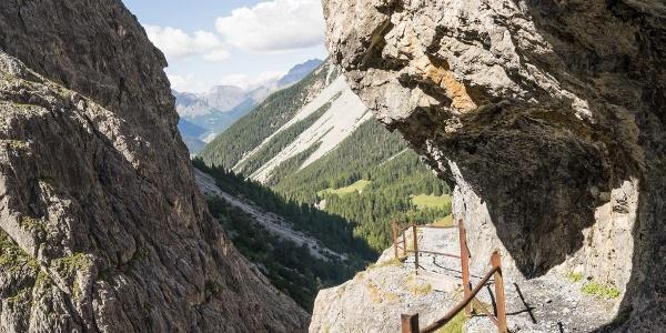 Der schmale Weg durch die Felsen von Uina