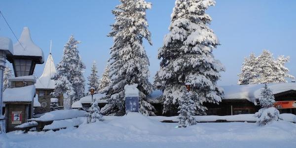 Das weihnachtliche und verschneite Weihachtsdorf Santa Claus Village